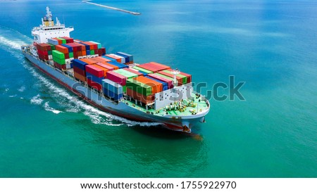 Container ship in seaport terminal, Container cargo vessel freight shipping company commercial worldwide, Freight transportation ship, Global transport cargo and logistic business import and export. Foto stock ©