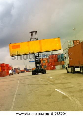 Container transport vehicle for transporting across containers