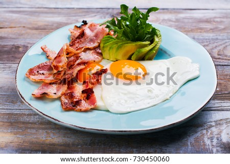 Continental breakfast with fried eggs, bacon and drinks. Ketogenic diet concept. Space for text Stockfoto ©