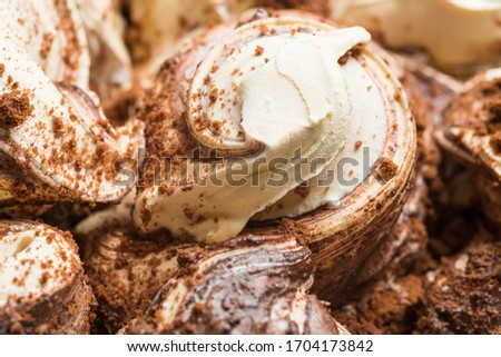Cookie flavour gelato surface - full frame detail. Close up of a white and brown Ice cream with crispy chocolate pieces. Foto d'archivio ©
