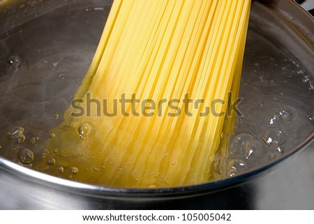 cooking spaghetti in hot water