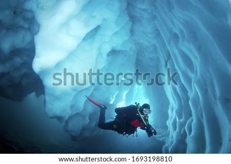 Cool adventure scuba diving in ice cave. Underwater world. Foto d'archivio ©