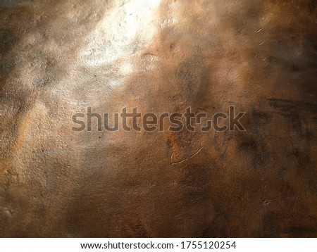 Copper texture background. Bronze texture. Bent metal with dents. Close-up of a bronze surface. A reflection of light in a bent place Foto d'archivio ©
