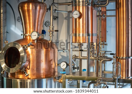 Copper vacuum still for distillation performed under reduced pressure for gin production Foto stock ©