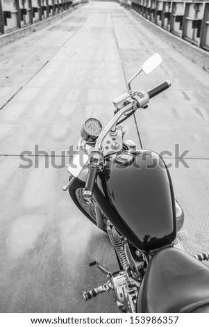 Copy space for inscription  The view over the handlebars of a speeding motorcycle as it races along a deserted highway. Foto stock ©
