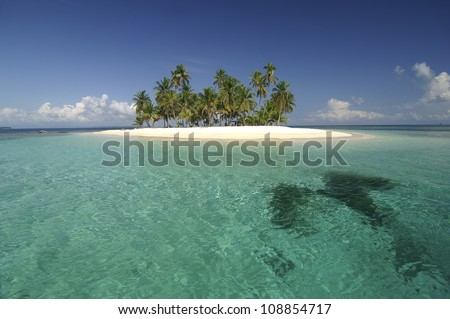 Coral reef and small island with palm trees forest. Kuna Yala, San Blas Achipelago, Panama, Caribbean, Central America.
