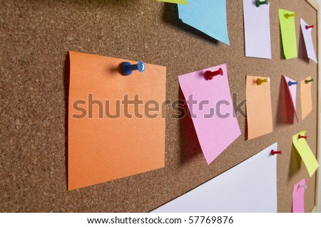 Cork office notice board with blank colorful sticker notes macro shot background Foto stock ©