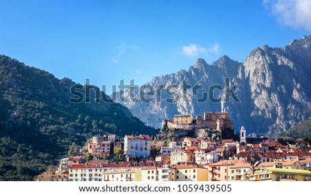 Corte, a beautiful city in the mountains on the island of Corsica, a view of the city and the mountains Foto stock ©