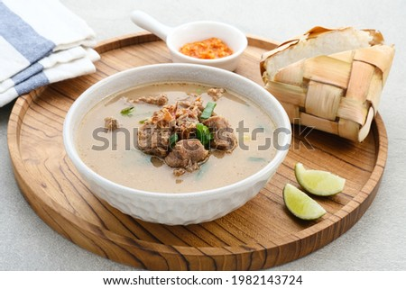 Coto Makassar, traditional food from Makassar, South Sulawesi. made from beef offal mixed with beef, seasoned with specially formulated spices. Usually served with Burasa or Ketupat (rice cake).  Foto stock ©