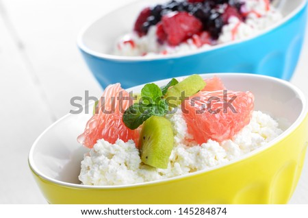 Cottage cheese in bowl with kiwi grapefruit and mint