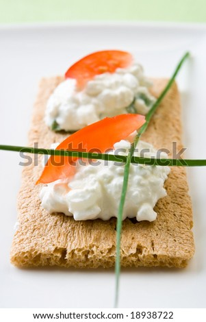 Cottage cheese on crispbread with tomato