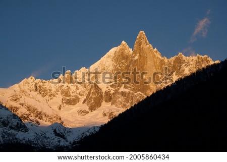 Coucher de soleil hivernal sur le massif des Drus à Chamonix Mont-Blanc Foto stock ©