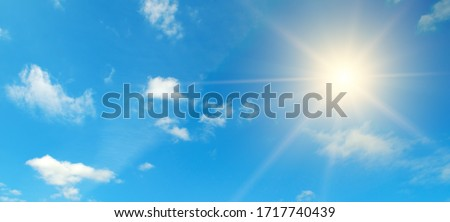 Couds in the blue sky. Bright midday sun illuminates the space.Wide photo . Foto stock ©