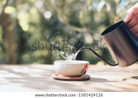 Country hot tea, Pouring tea onto the teacup, Close-up Foto stock ©