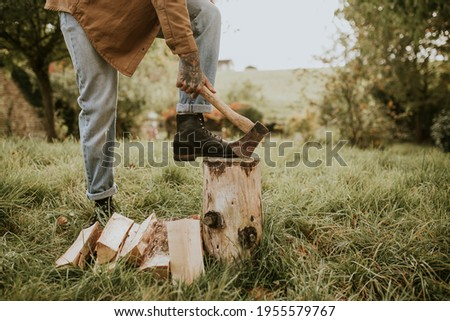 Country man splitting wood with axe on the field Foto stock ©