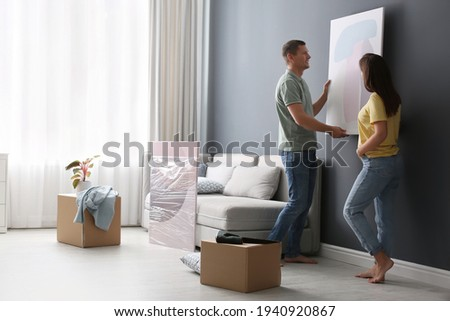 Couple decorating room with pictures together. Interior design Foto stock ©