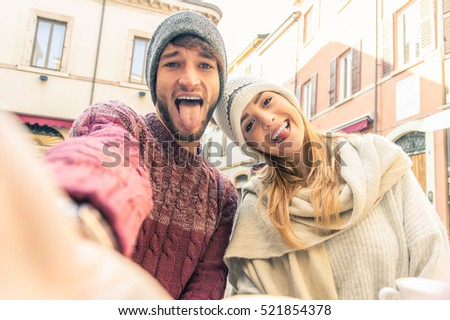 Couple of tourist taking a selfie in the city. Young people having fun togheter outdoor.