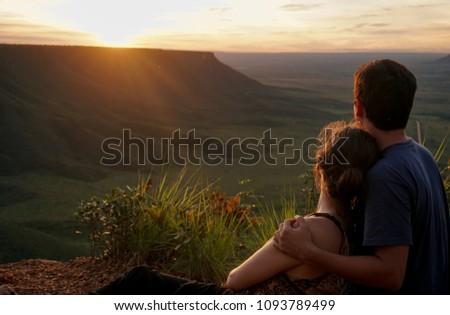Couple watching sunrise at Jalapão State Park, Brazil Casal observa o nascer do sol no Jalapão Foto stock ©