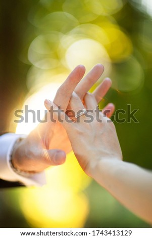 Couple. You can see the hands touching each other. Sensually.Focus on the wedding ring Foto stock ©
