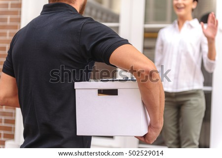 courrier delivering a box to the happy woman Photo stock ©