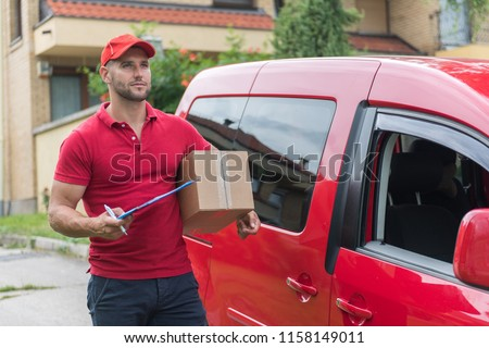 Courrier doing his job and delivering the items. Photo stock ©