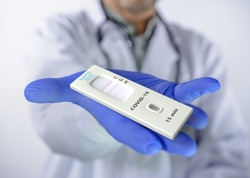 Covid-19 test kit for the detection of IgM / IgG antibodies and immunity in 15 minutes, in hand using a disposable glove.