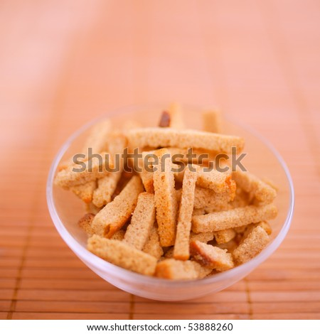 Crackers in glass plate on table.