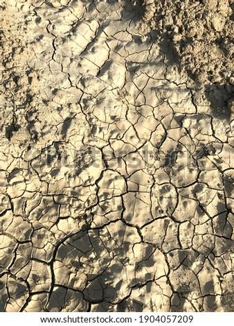 cracking of soil that is dehydrated due to drought. Susuzluktan çatlamış topraklar.  Stok fotoğraf ©