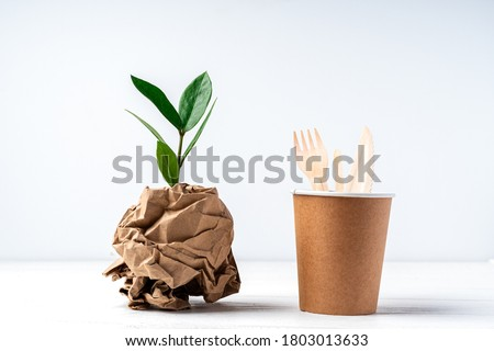 Craft paper coffee cup, green leaves sprout, bark of tree and recycled cutlery top view. Zero waste, eco friendly, natural organic plastic free concept. Earth, biodegradable with copy space. Foto stock ©