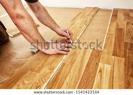 Craftsman installing engineered click system oak wood flooring ストックフォト ©