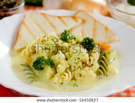 Creamy cauliflower soup served with toasted bread