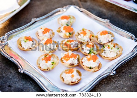 Creamy h'ordeuvres with salmon roe on silver tray Foto stock ©