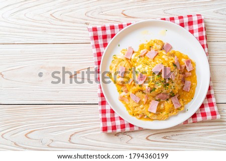 Creamy Omelet with Ham on Rice or Rice with Ham and Soft Omelet Stockfoto ©