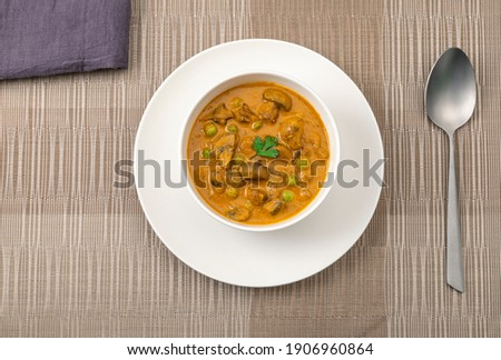 creamy peas and mushroom curry in a white bowl  Foto stock ©