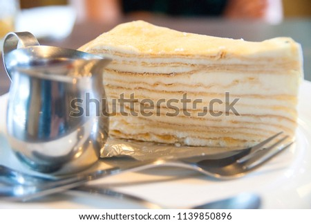 Crepe cake, which means cake made from thin crust dough. Several layers of layers. Thousands of layers. It is a metaphor for visualizing a cake with a crepe topped with alternating whipped cream. Biti #1139850896
