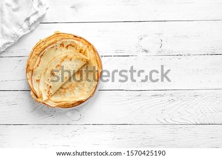 Crepes (Russian Blini) on white wooden background, top view, copy space. Homemade thin fresh crepes for breakfast or dessert. Foto stock ©