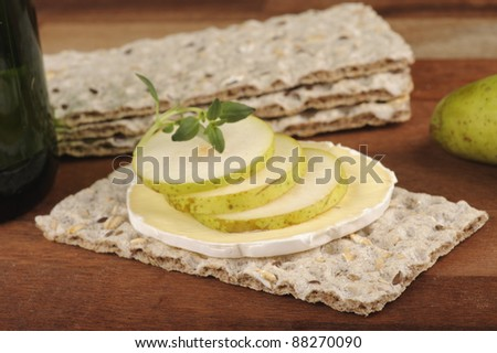 Crispbread with blue cheese and pear slices