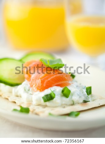 Crispbread with quark and smoked salmon