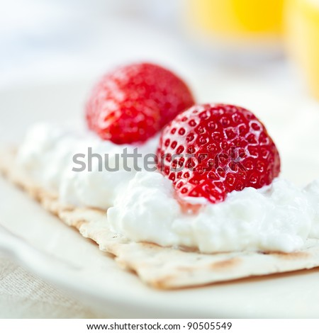 Crispbread with quark and strawberries