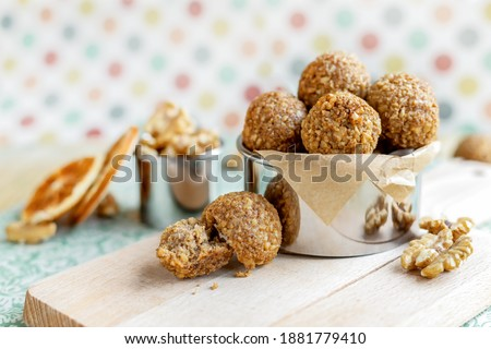 Crispy walnut orange balls on funky vintage dots background, homemade nut dessert, low carb sugar free sweets, gluten and dairy free baking Foto d'archivio ©