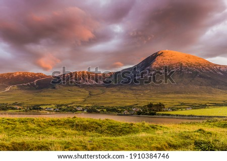 Croagh Patrick, nicknamed the Reek, is a 764 m mountain and an important site of pilgrimage in Mayo, Ireland. It is 8 km from Westport, above the villages of Murrisk and Lecanvey.  Stok fotoğraf ©
