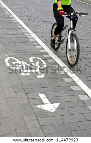 Cropped view of a bicyclist.