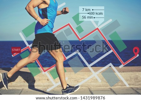 Cropped view with muscular build man running along the seashore with infographics city map. Male jogger training outdoors o the beach.  Benefits of running and healthy lifestyle Foto stock ©