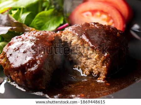 Cross section of hamburger with demi-glace sauce cut in half Photo stock ©