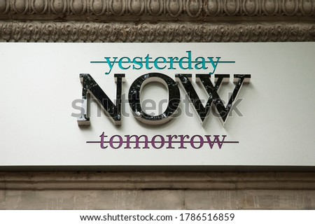Crossed out words yesterday and tomorrow banner praising the moment of now Foto stock ©