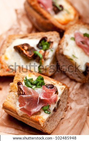 Crostini with mushrooms and cheese