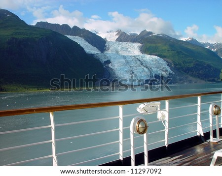 Cruise ship crossing the Glaciar Bay from Alaska