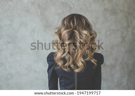 Curly hair. Perfect woman back and head with curly hairdo Foto stock ©