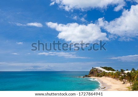 Curtain Bluff Beach and Resort in Antigua. On the horizon the active volcano of Montserrat, just starting a bigger eruption. Stockfoto ©