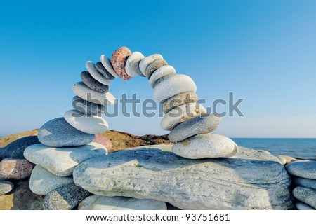 Curve arc of the pebbles on the sea boulder